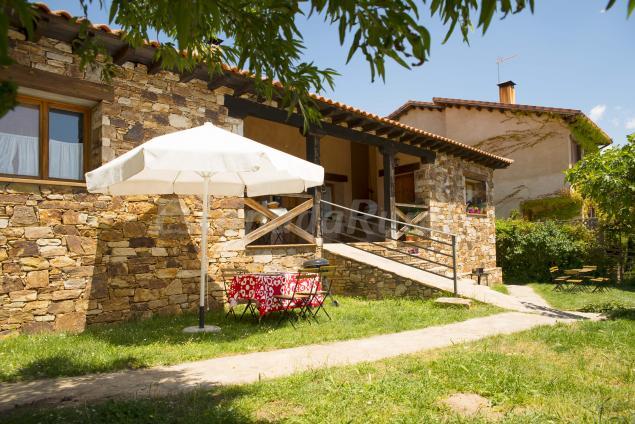 Apartamentos la posada casa rural en montejo de la for Casa con jardin barcelona alquiler