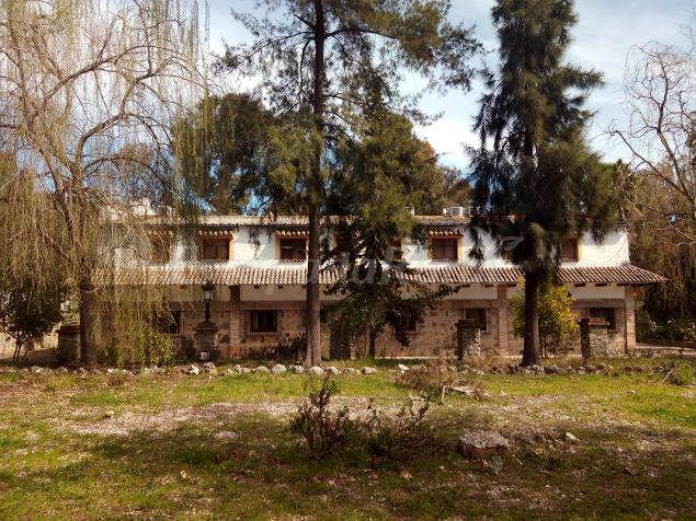 Hotel hospeder a las buitreras casa rural en el colmenar for 56 635