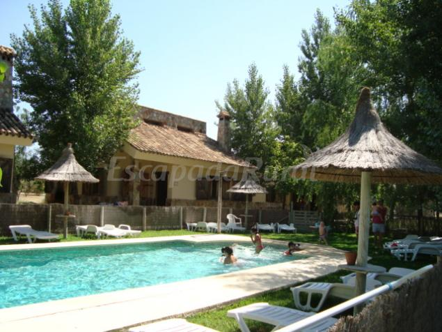 La villa rural casa rural en castilblanco de los arroyos for Casa rural sevilla piscina