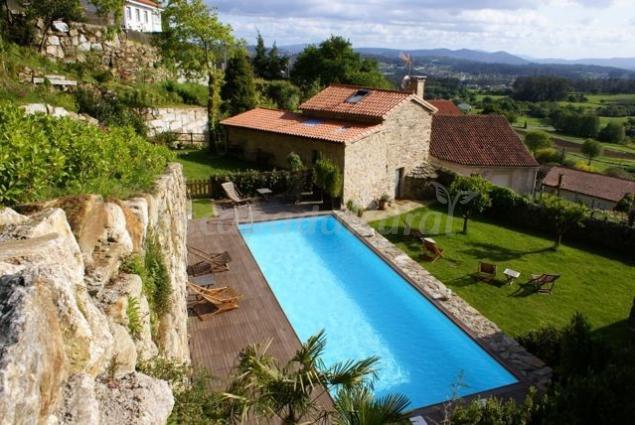 Casa do cebro y casa de afora casa rural en santiago de - Apartamentos con piscina en galicia ...