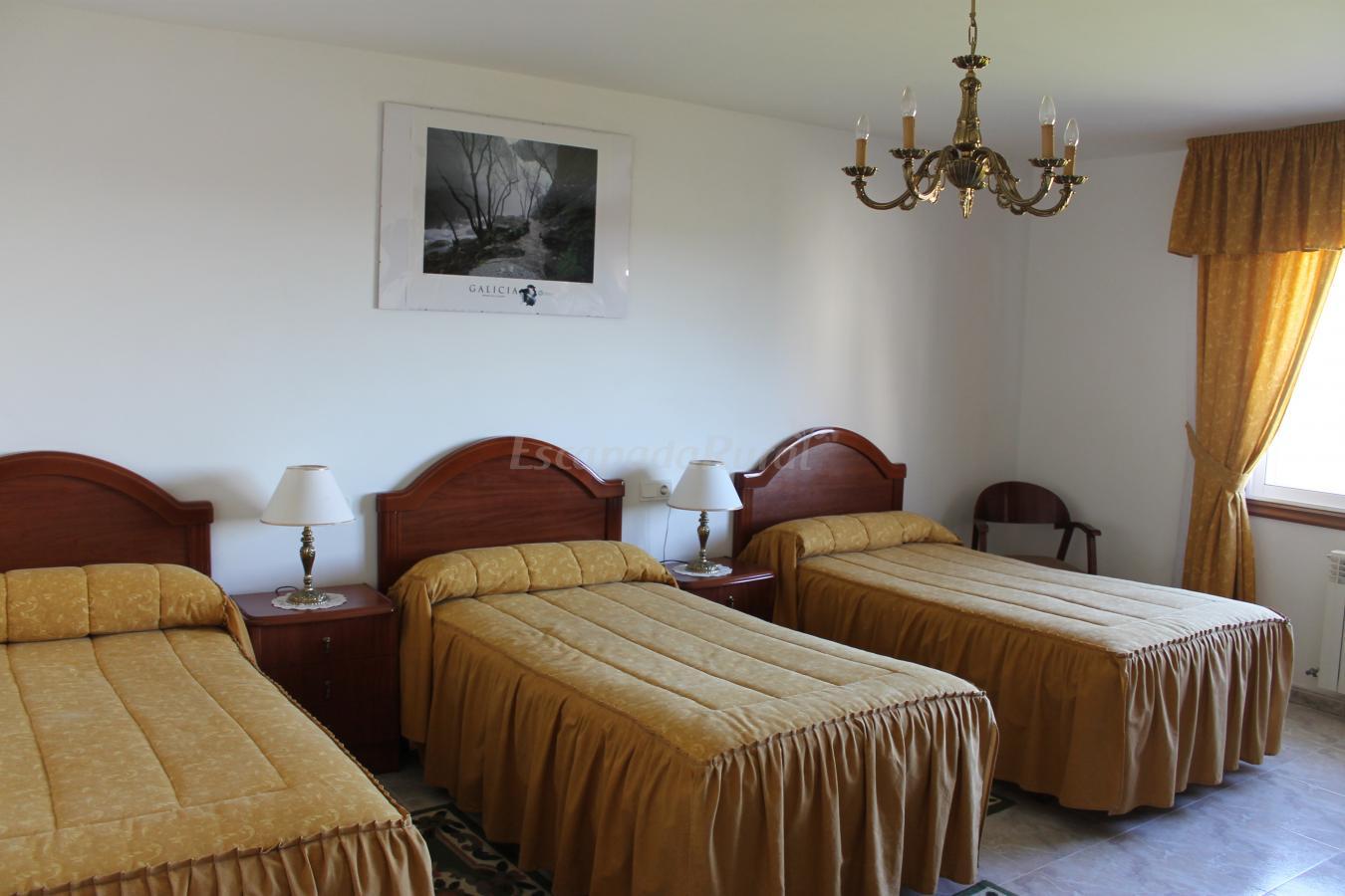 Fotos de pensi n r mes n novo casa rural en ordes - Tres camas en habitacion pequena ...