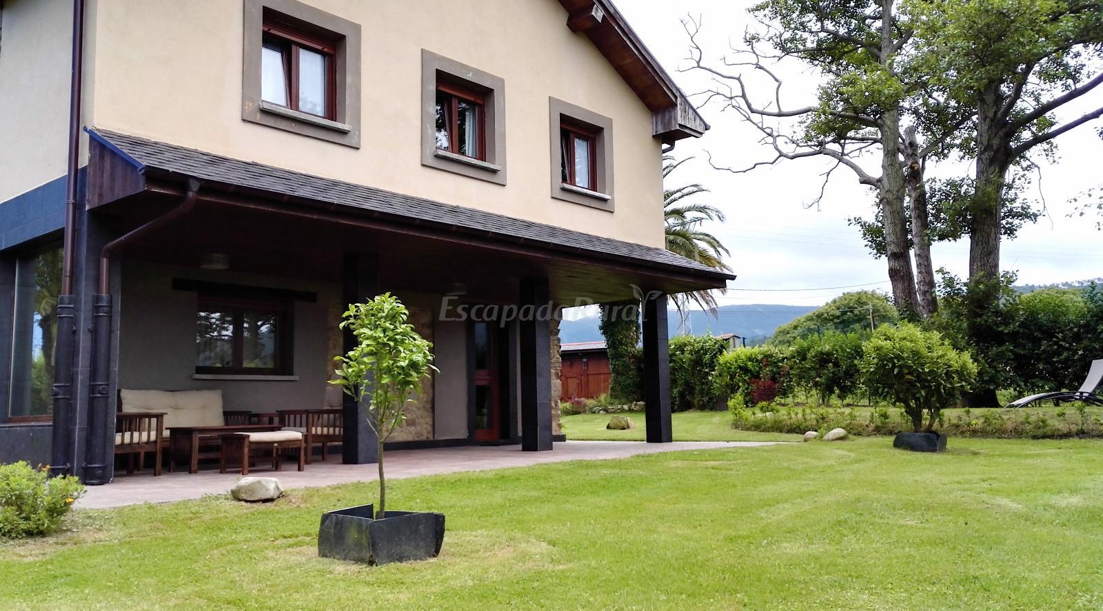 Fotos de puerta quintana casa rural en cadavedo asturias - Valsain porche y jardin ...