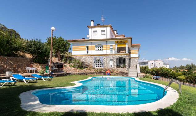 Casa rural casa valdecaballeros casa rural en for Casas rurales en badajoz con piscina
