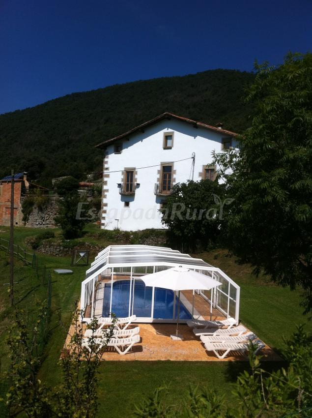 Casas rurales con piscina climatizada en osona for Casas rurales en badajoz con piscina