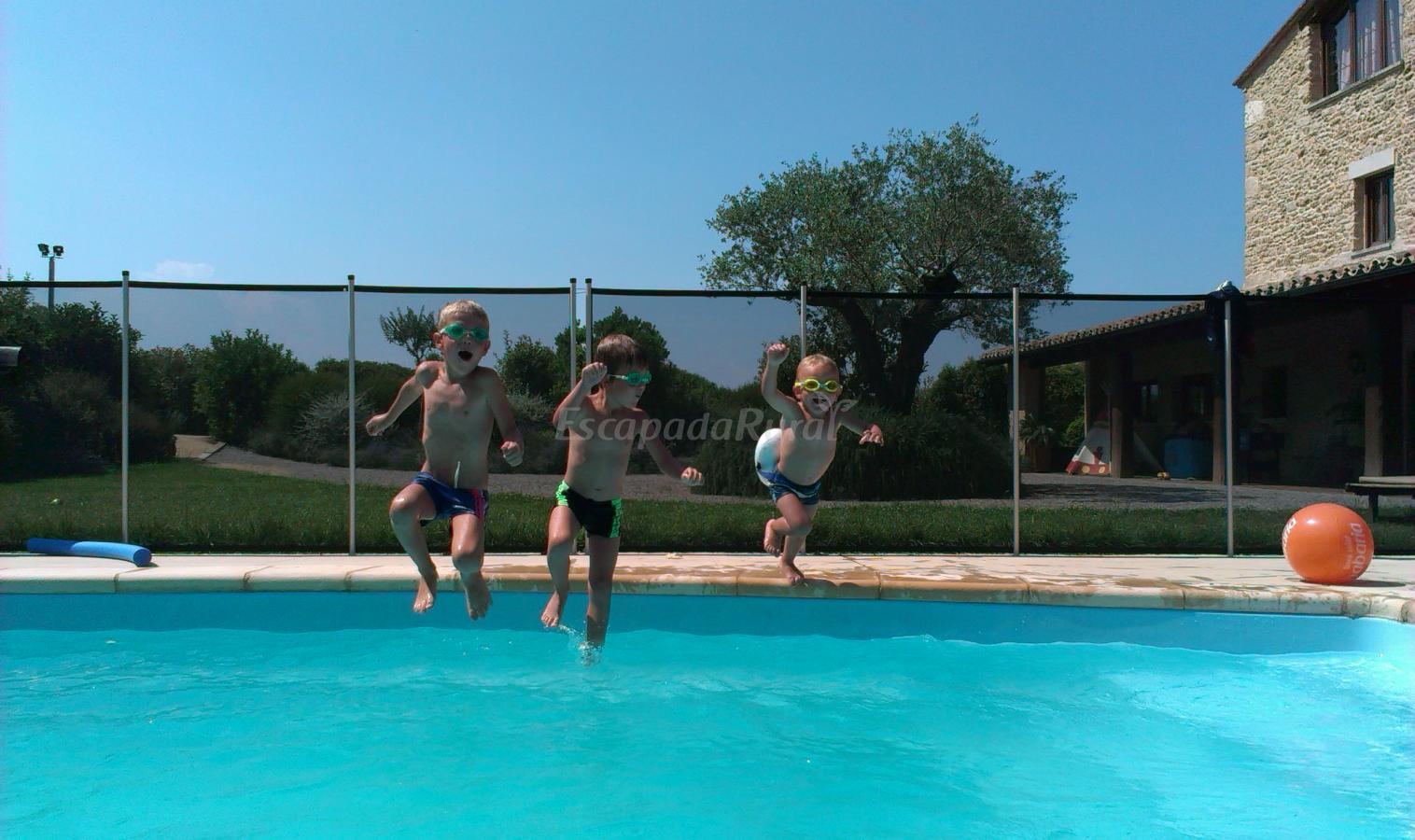 Fotos de can barrera casa rural en cornell del terri for Barrera piscina