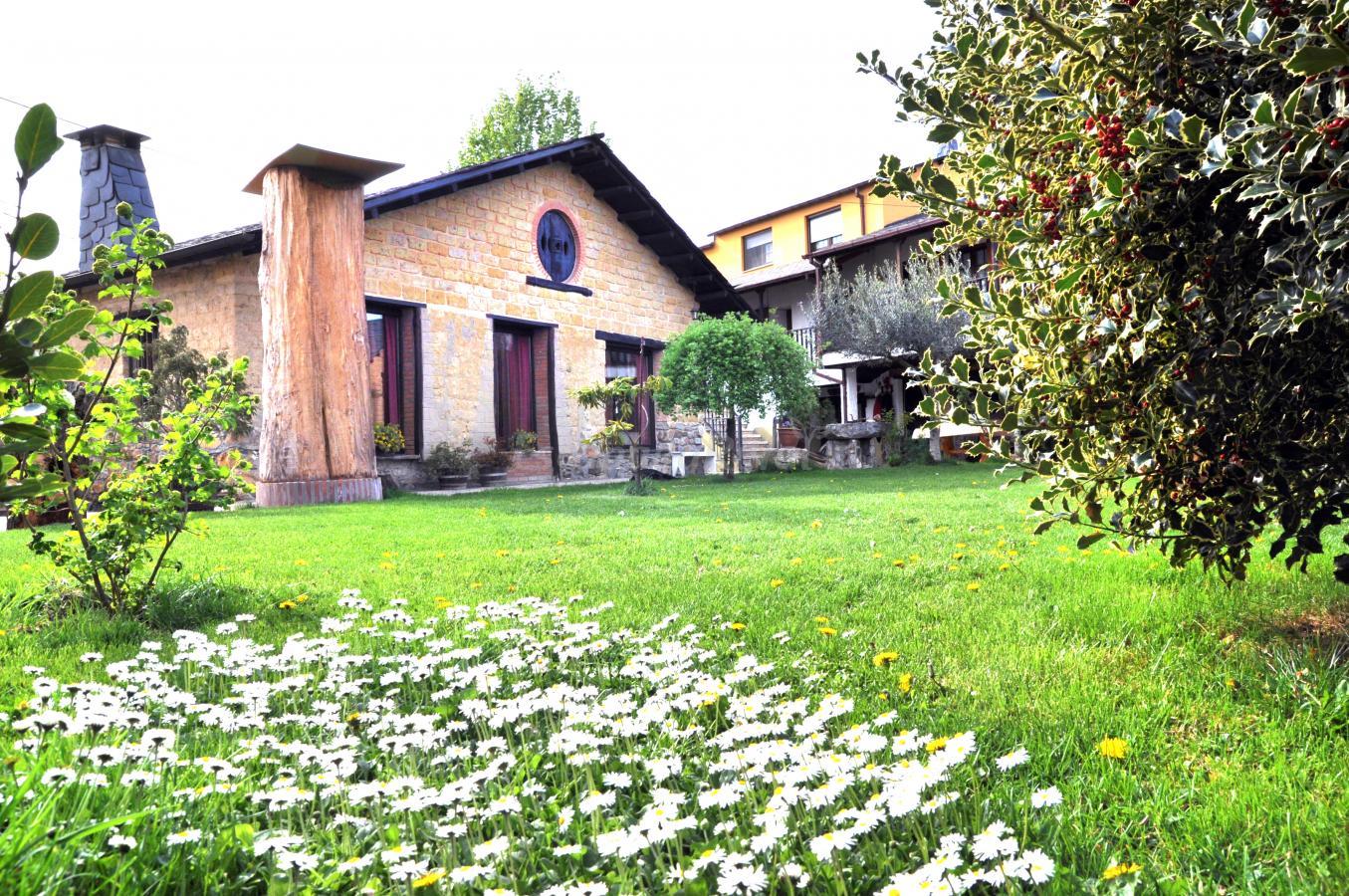 Fotos de cornatelia casa rural en carracedelo le n for Jardines de casas rurales
