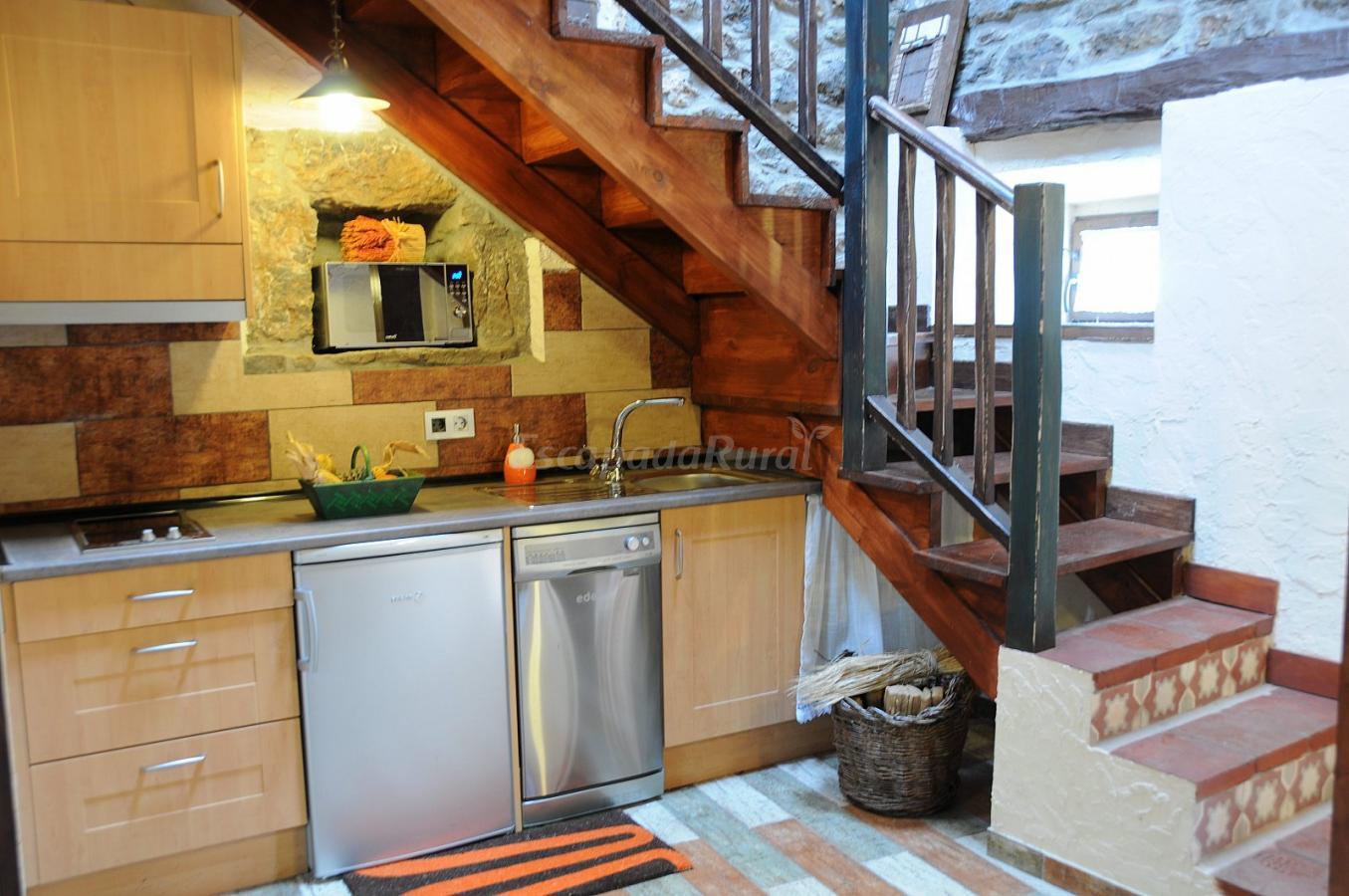 Fotos de entre babia y la luna casa rural en villafeliz for Escalera de cocina