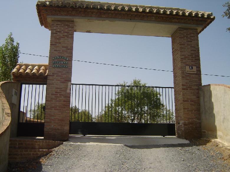 Fotos de mansi n piedras blancas casa rural en colmenar - Puertas para fincas ...