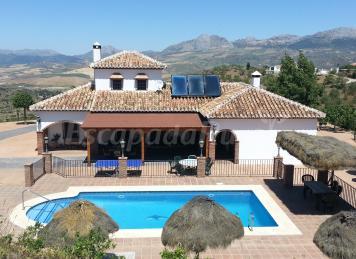 Mansi n piedras blancas casa rural en colmenar m laga for Casas con piscina en sevilla para alquilar