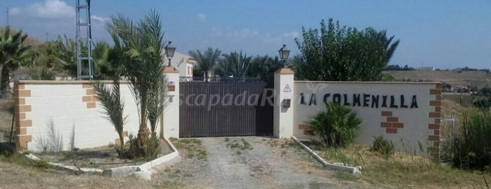 La colmenilla casa rural malaga for Piscina jardin 727