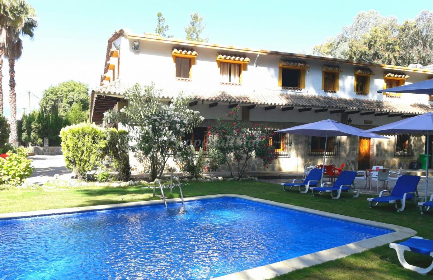 Jardin con piscina y barbacoa piscina ecolgica de sal ms for Piscinas de sal