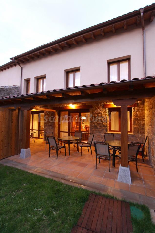 Casa rural espargoiti i ii casa rural en salinas de - Casas pequenas con porche y jardin ...
