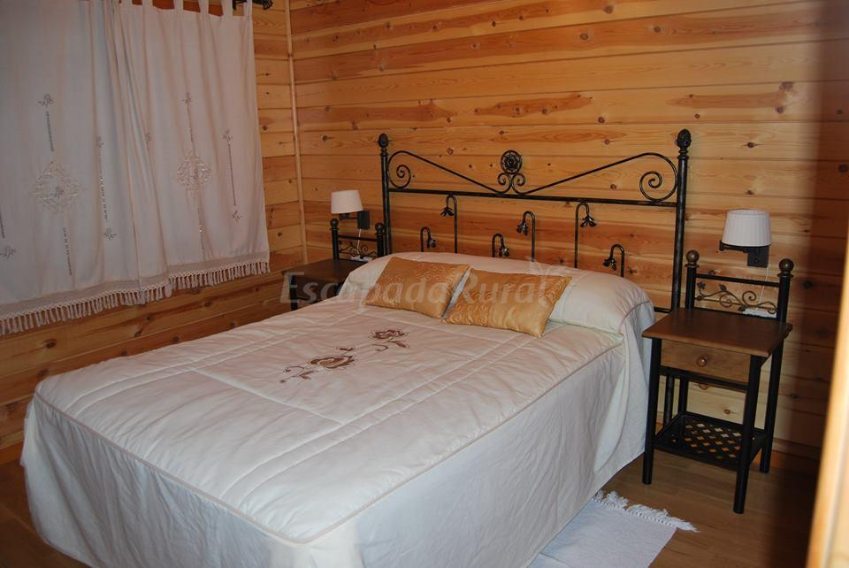 Fotos de la casita de madera casa rural en sacramenia for Precio habitacion matrimonio completa