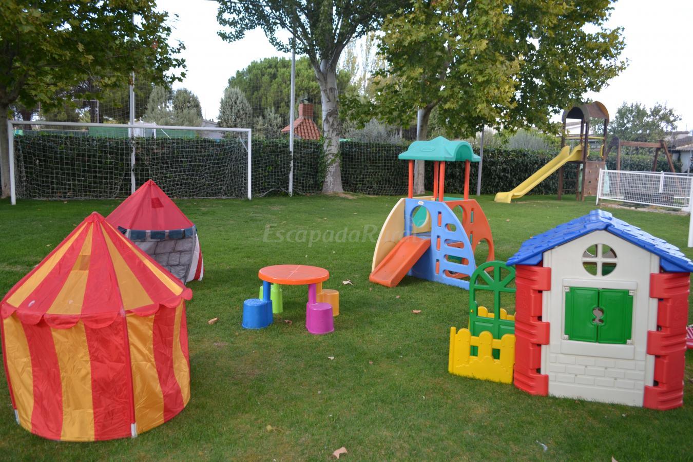 Fotos de casa rural el jard n de los ni os casa rural en el viso de san juan toledo for Juegos de living para jardin