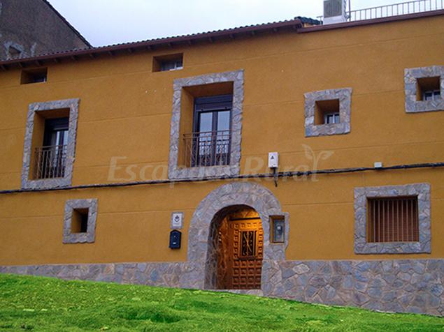 Casa rural natura casa rural en cosuenda zaragoza for Fotos de fachadas de casas andaluzas