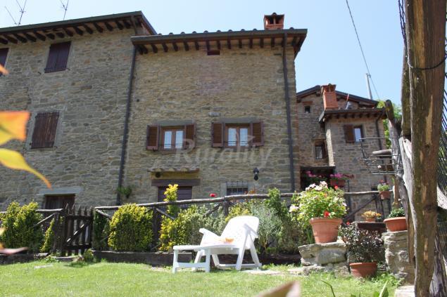 Le antiche pietre with facciata casa in pietra - Download er finestra ...